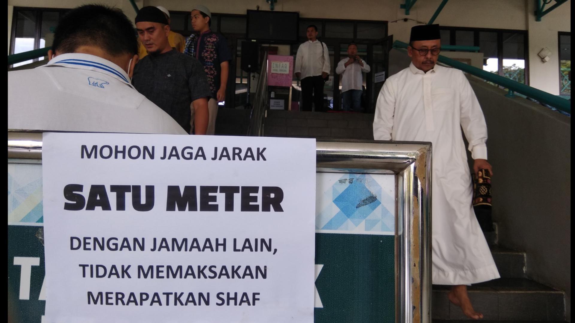 Jaga Jarak Satu Meter Hindari Virus, Masjid Asy Syarif BSD